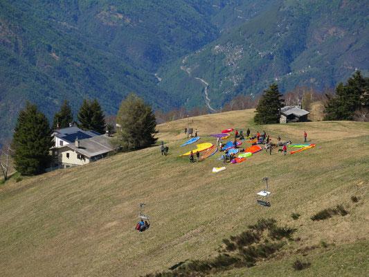 Gleitschirmschule auf dem Cimetta kurz vor dem Start