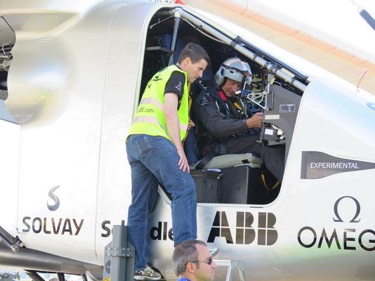 Solar Impulse mit Testpilot Markus Scherdel und Pilot Borschberger