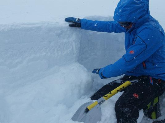 Unser Bergführer bei der Erklärung der Schneedecke