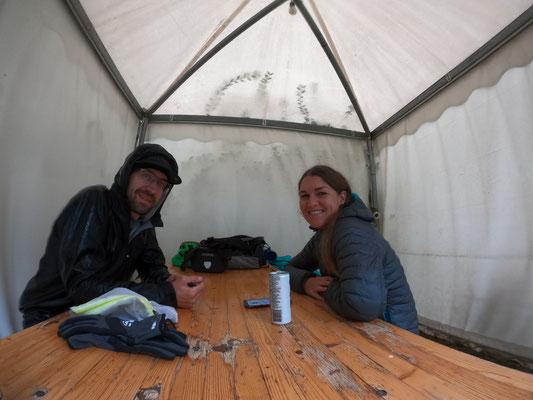 Nachtessen unter dem Unterstand vom Camping