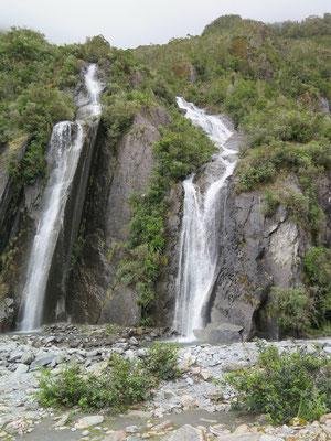 Immer wieder hat es grosse Wasserfälle entlang der Wanderung