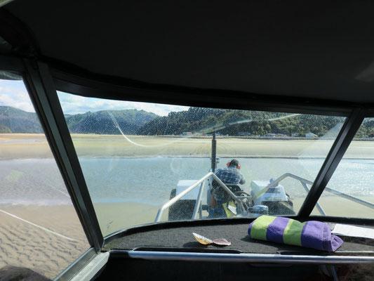Bei Ebbe wird das Motorboot vom Traktor aus dem Wasser gezogen