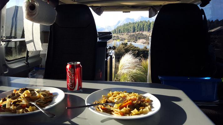 Essen bei genialer Aussicht auf unserem Camping in Wanaka