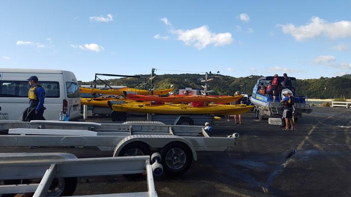 Erst werden wir mit einem Motorboot ca 45min weiter nördlich mit den Kayaks und Material transportiert