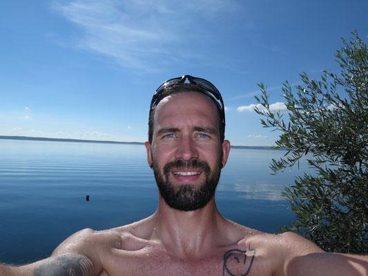 Mike am lachen bevor er wusste wie kalt das Meer wirklich war!