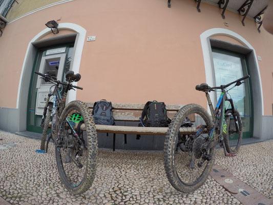 Mountainbiketour: Pause in Noli bevor es wieder 6 Kilometer und 350 Höhenmeter zurück zum Camping geht