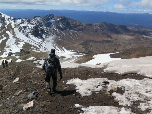 Tongariro Alpine Crossing Wanderung. Abstieg zu den Emerald Lakes, die sich leider unter dem Schnee verstecken.