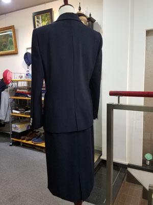 上着丈は少し長めで上品なイメージ。センターベント。