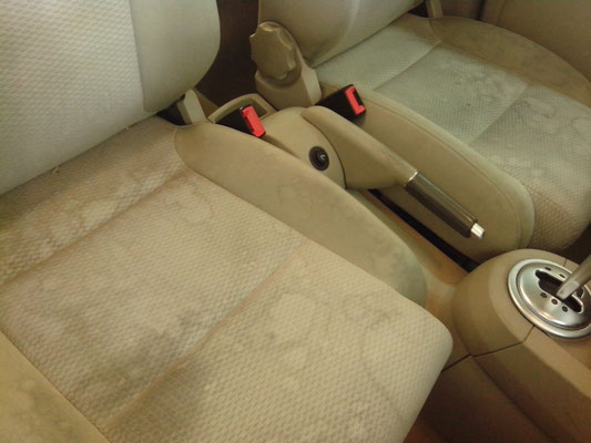 Vuile autobekleding met veel vuil/vlekken, schoonmaken door shamporellen | A1 Car Cleaning