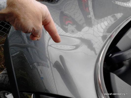 Deuk in motorkap, soms is uitdeuken zonder spuiten / restylen mogelijk.