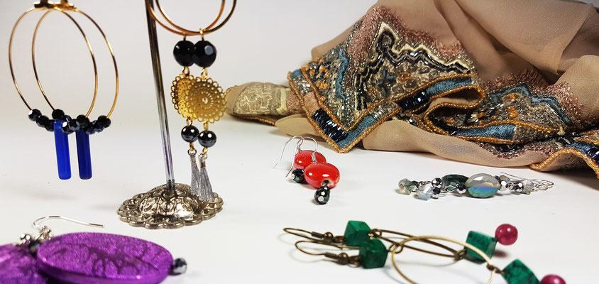 Boucles d'oreilles fantaisie artisanales en perles de verre, cornaline, opaline, nacre améthyste et lapis-lazuli