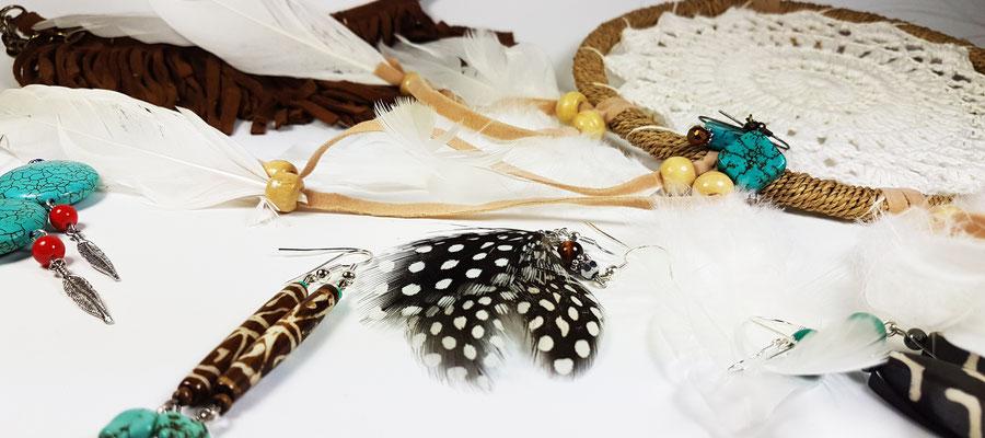 Boucles d'oreilles fantaisie artisanales en os, en bois, oeil de tigre, avec des plumes et howlite