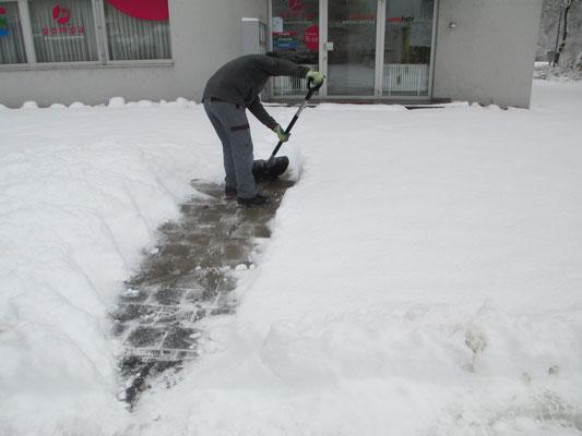 Winterdienst: Gewerbehaus in Hausen