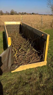 Totholz ist die unterste Schicht im Hochbeet