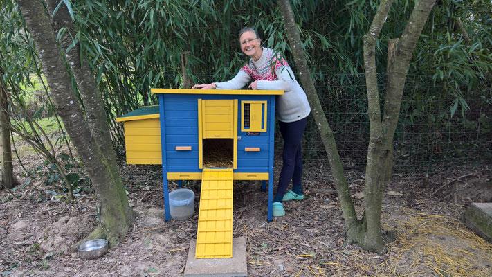 Das neue Hühnerhaus in schwedischen Farben