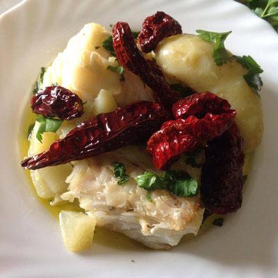 Baccalà co le patane scaorate e li paparul sicchi (baccalà con patate lesse e peperoni essicati)