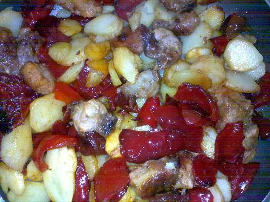 Spangiedd re puorc co patane e paparul (Spuntature di maiale fritte con patate e peperoni)
