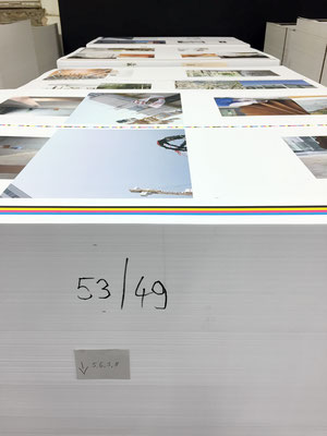 Der Druck ist abgeschlossen – die Paletten wandern eine Etage höher, in die Buchbinderei