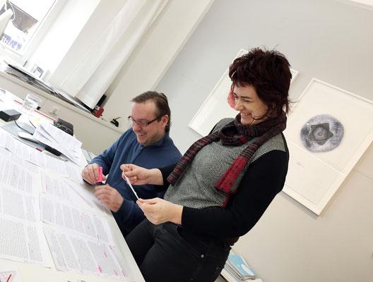Beate Baberske und Achim Weinberg beim Strukturieren der Inhalte