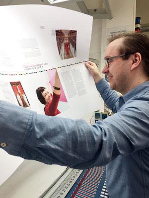 Achim Weinberg begutachtet den Andruckbogen bei DZA