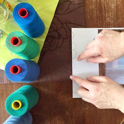 Die Künstlerin wählt bei DZA die Garnfarben für die Fadenheftung des Buches