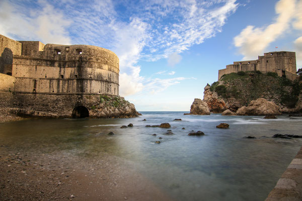 Blick auf die Festung Lovrinjac und Minceta vom Strand