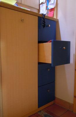 Foto blau lackierte Schubladen in Garderobeneinbau