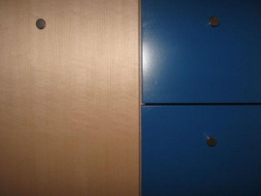 Detailansicht der Kombination blaue Schübe und Buchetürfront