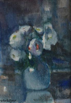 Witte bloemen in blauwe vaas (12 cm x 17 cm) € 60,00 (met lijst)