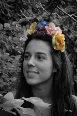 Diadema de flores de telas teñidas a mano.