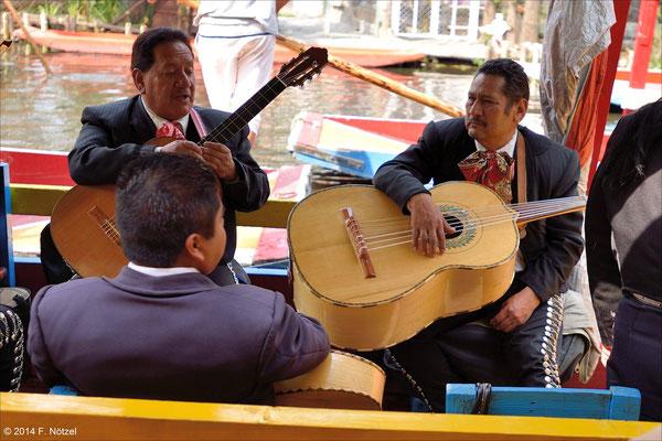 typische Mariachis mit der riesigen Gitarre (Vehuela)