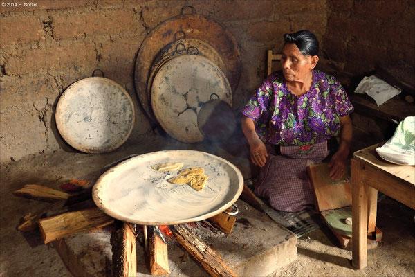 uralte und noch heute praktizierte Herstellung der Tortillas