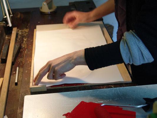 Auflegen des Papiers auf den Druckstock