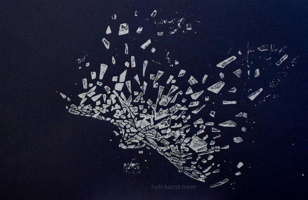 Holzschnitt fliegender Vogel, weiß auf schwarzem Künstlerpapier