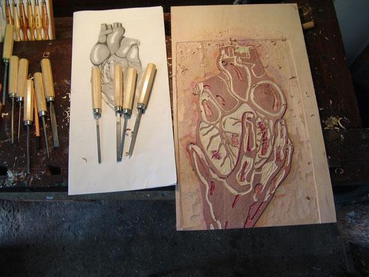 Entwurf und Druckstock, daneben Holzbildhauereisen