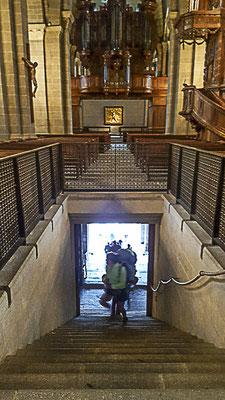 La sortie de la cathédrale du Puy-en-Velay