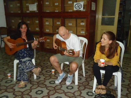 """noviembre de 2013. Guitarreada en Gualeguay durante el ciclo """"Otra cosa es con guitarra"""". Izquierda Maru Figueroa, derecha Silvina López"""