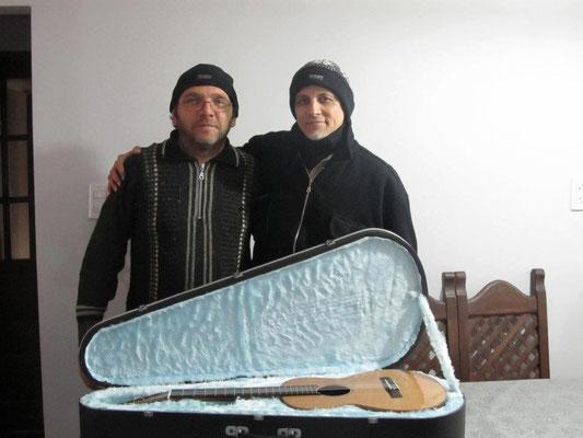 Con el artesano Eduardo Del Gaudio, constructor del estuche de mi requinto. San Nicolás, provincia de buenos Aires.