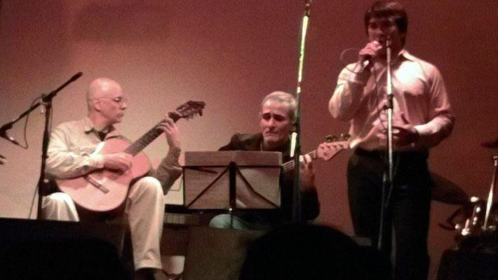 Café Berlín, con Julio Fioretti (bajo) y Lucas Fedyszyn (voz)