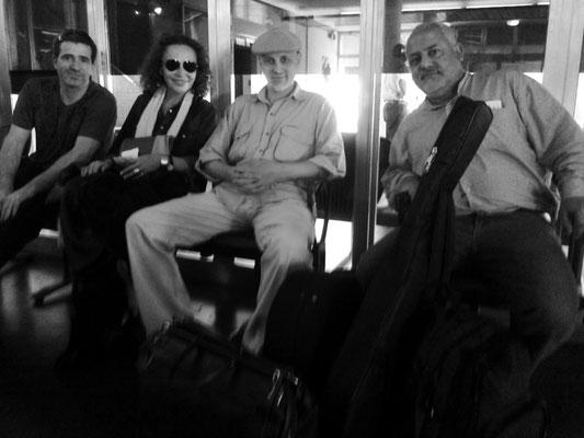 De izquierda a derecha: Marcelo Aronson, Suna Rocha, Marcelo Coronel y Elías Esper. Aeropuerto de Formosa, 14 de octubre de 2012.