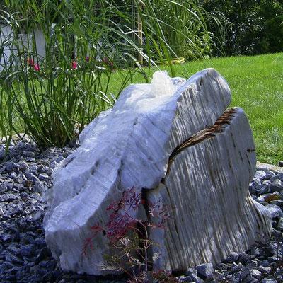 Quellstein aus weißen Meteora-Quarzit