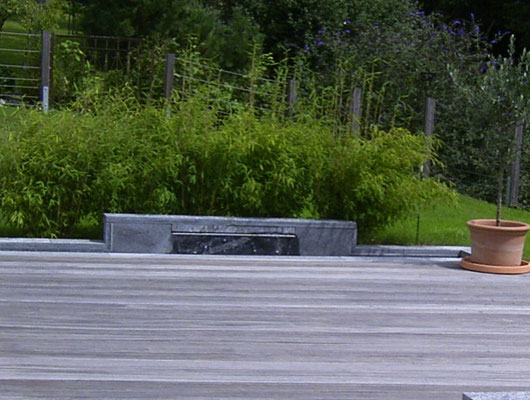 Wasserspiel mit Schwallblech in einer Mauer aus Tessiner Gneis