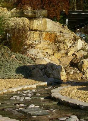 Wasserfall der in einen gefassten Wasserlauf mündet