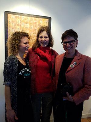 Nach dem Konzert: Amelie Junes, die Sängerin, links von mir, und Cynthia Luginbühl, die Kuratorin, rechts von mir