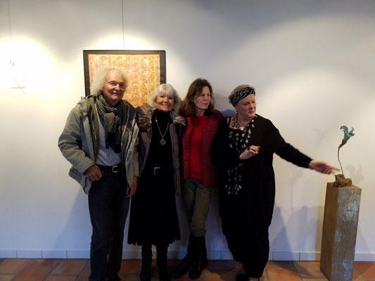 Nadette Bamert Kissling (ganz rechts) war mit ihren Skulpturen meine prima Nachbarin in der Ausstellung.
