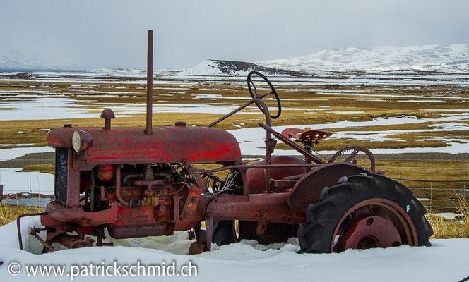 Ueberall stehen alte Maschinen auf den Feldern.