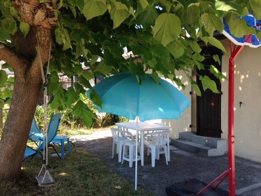 """Terase sous le Catalpa en été, du gite """"Vacances sous le Catalpa"""" au Teich sur le Bassin d'Arcachon"""