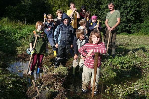 Kinder der NAJU Ilmenau beim Dammbau. © Gesine Hoffmann