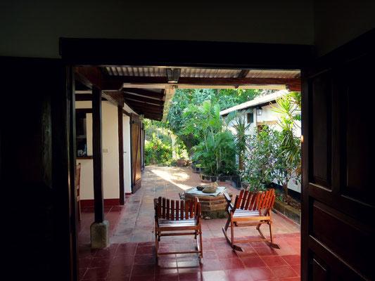 Vista desde la sala de estar hacia el patio interno