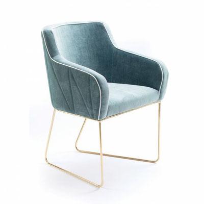 fauteuil Croix en velours et piétement laiton par Mambo unlimited ideas
